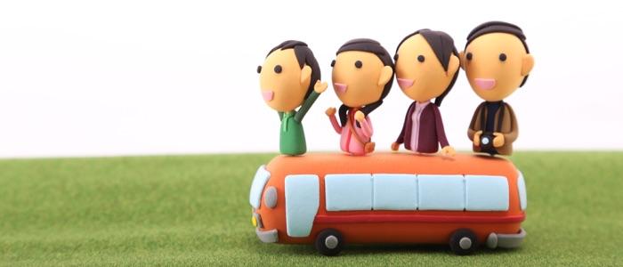 バスに家族で乗車